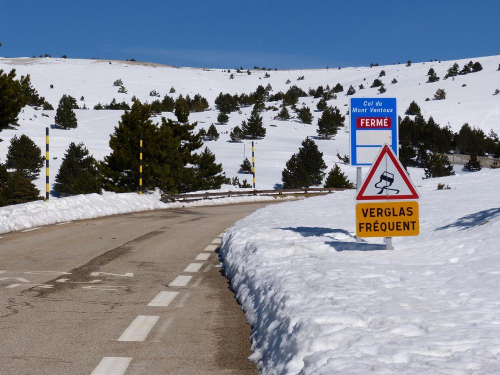 Premier kilomètre après chalet Reynard, la route du col est annoncée fermée !