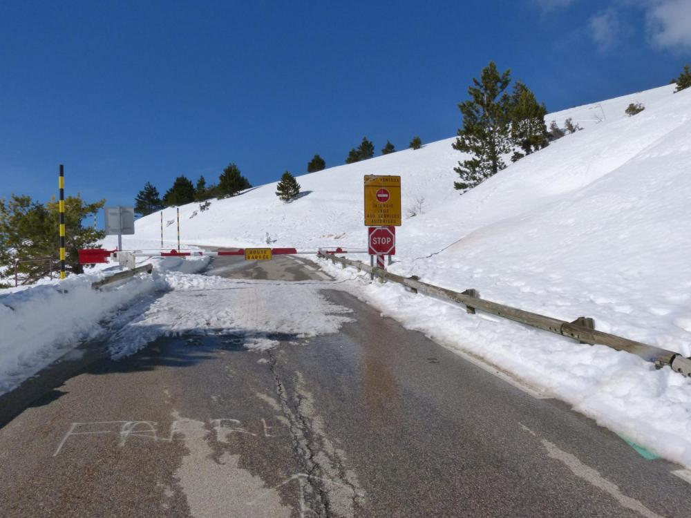 Barrière sur la route, mais elle est praticable au delà ! ... pour les piétons et les vélos !