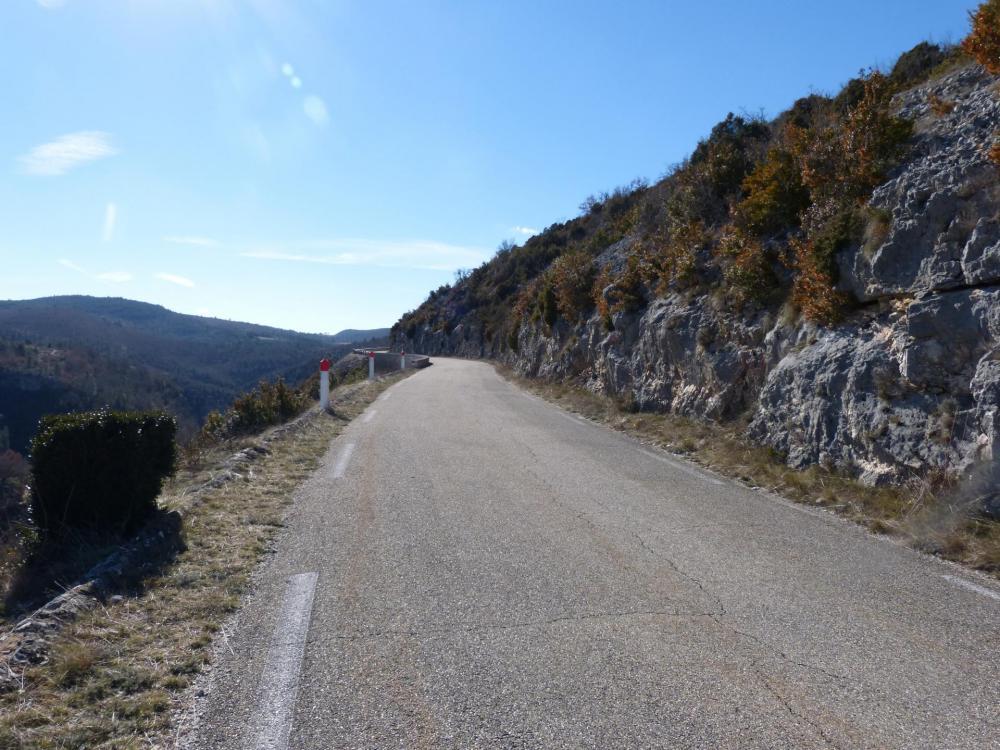 Dans les premières rampes de la montée vers les gorges de la Nesque