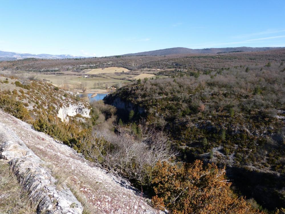 Montée vers les gorges de la Nesque par Monieux : le lac de retenue de la Nesque à l' entrée des gorges
