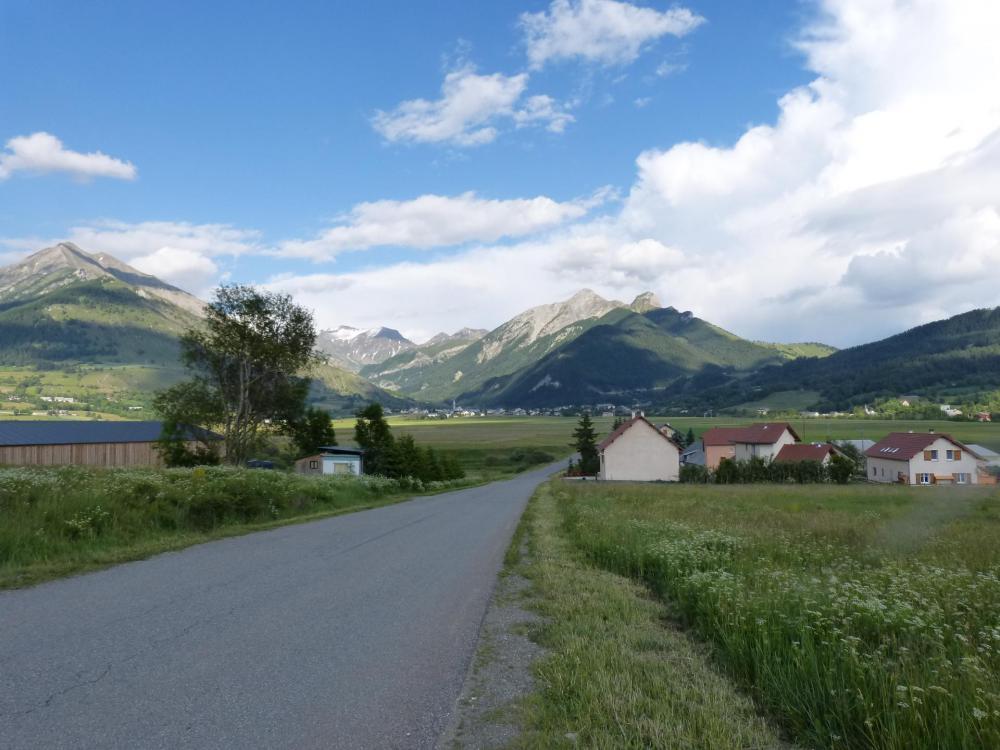 En vue, le village d'Ancelle avec au fond la vallée de la Rouanne qui part vers la gauche.