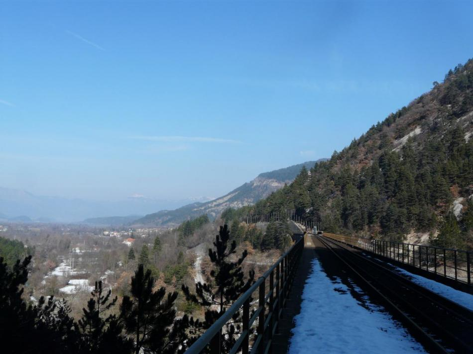 la voie de chemin de fer à la sortie du tunnel
