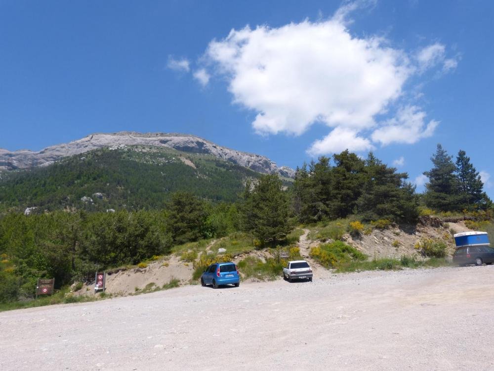 parking du col des Guérins sous la montagne de Céüze