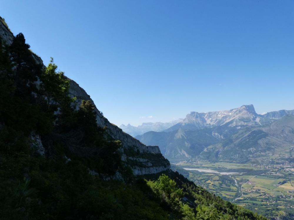 extrémité de la falaise de Céüze à l' approche du pas du loup.