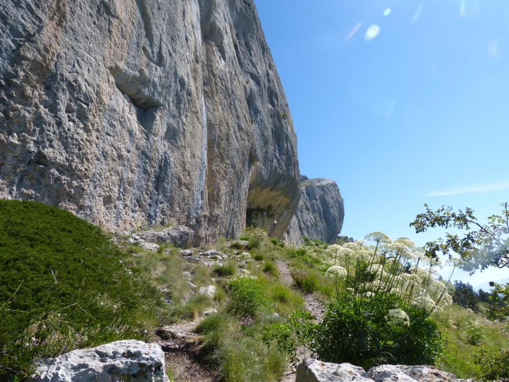 En continuant sur la droite de la falaise, le rocher en oeuf de pâques qui dépasse la falaise est juste après la via ferrata, que l'on ne voit qu' en arrivant dessus !
