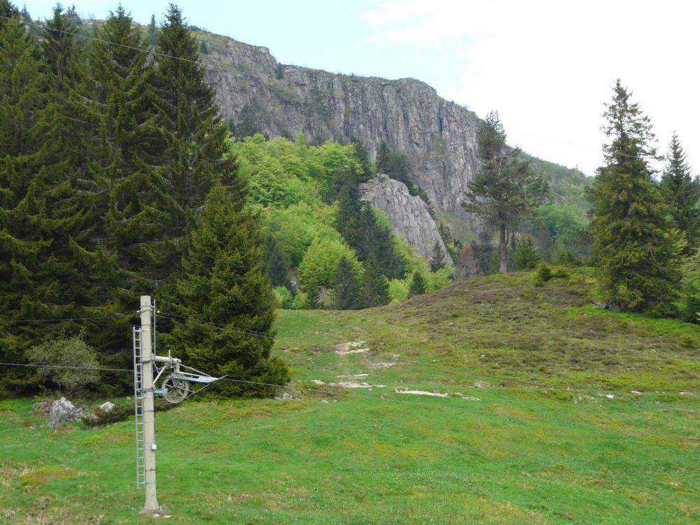 vue sur les pistes et les rochers du Tanet