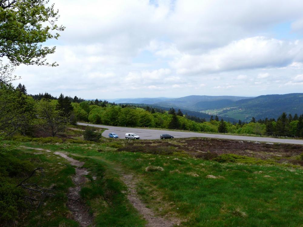 Départ du sentier en direction du Tanet depuis le parking de la route des Crêtes