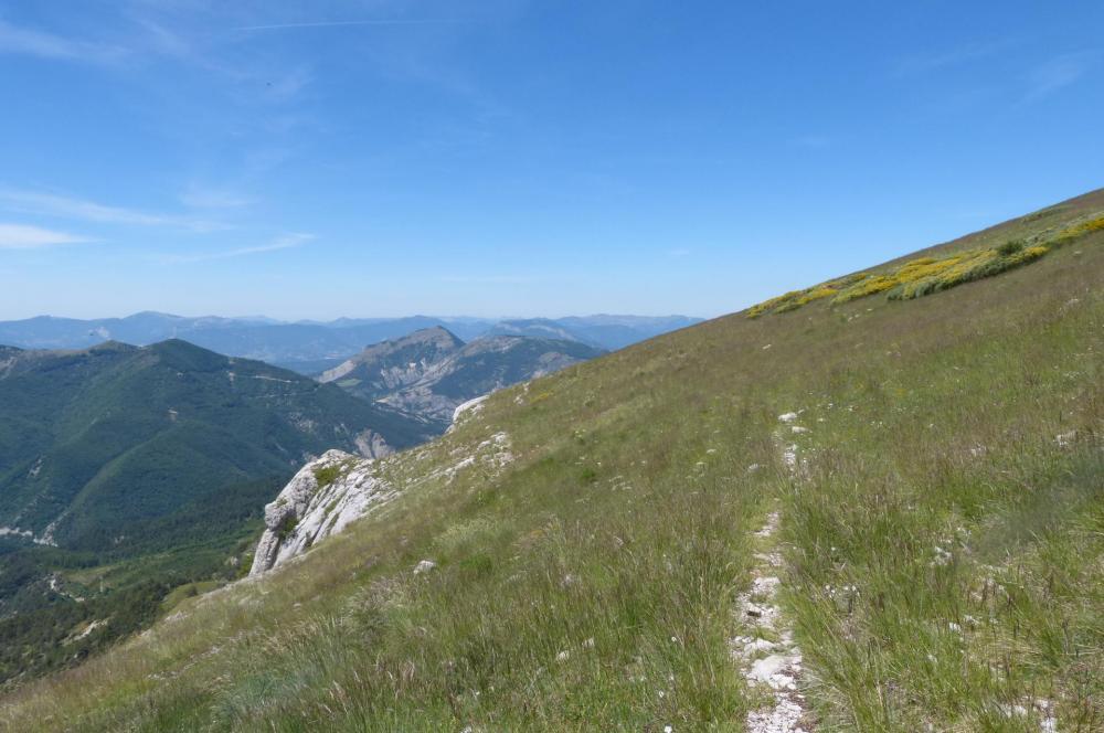 le chemin continue en corniche au dessus des falaises de Céüze