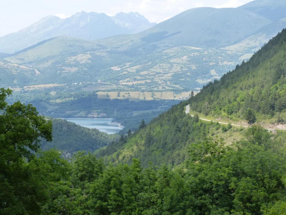 Vue sur le lac du Sautet et la route qui monte vers St Disdier