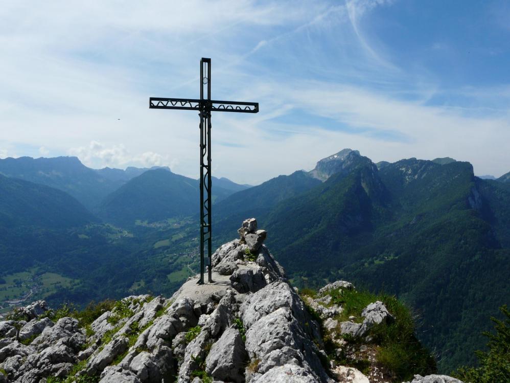 La croix au sommet de la Roche Veyrand