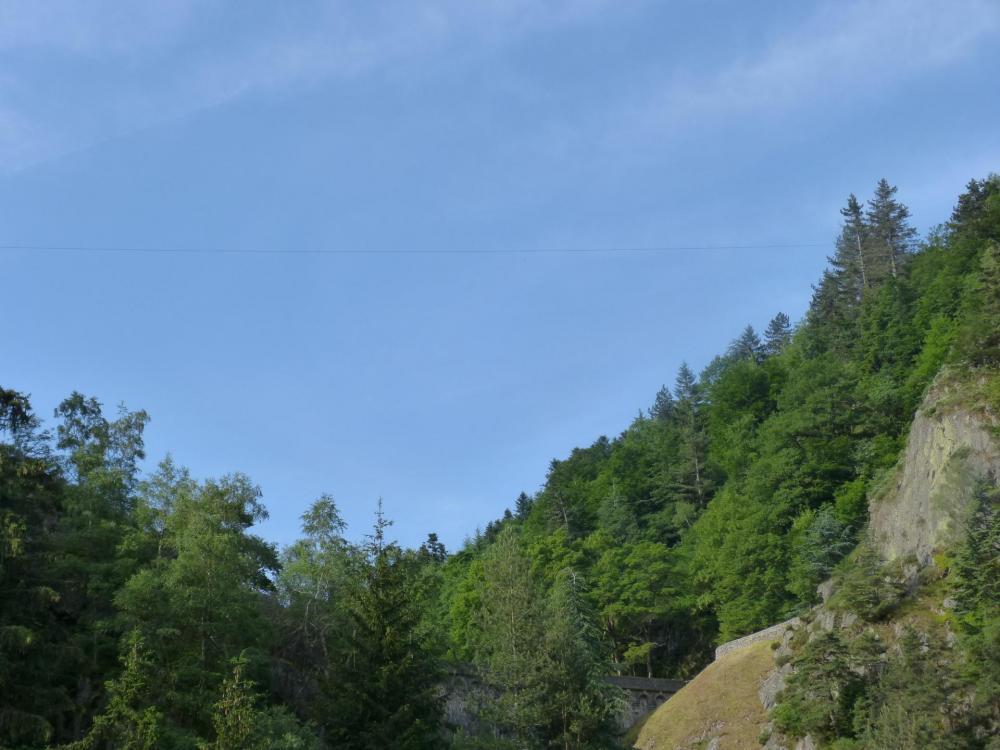 Via adulte Planfoy :... et le câble de la tyrolienne qui traverse au devant le barrage de Planfoy