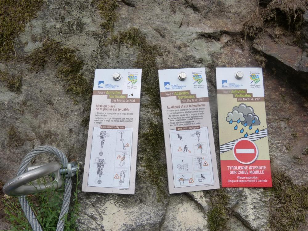 Les consignes pour la tyrolienne de la via de Planfoy ... interdite par temps de pluie !