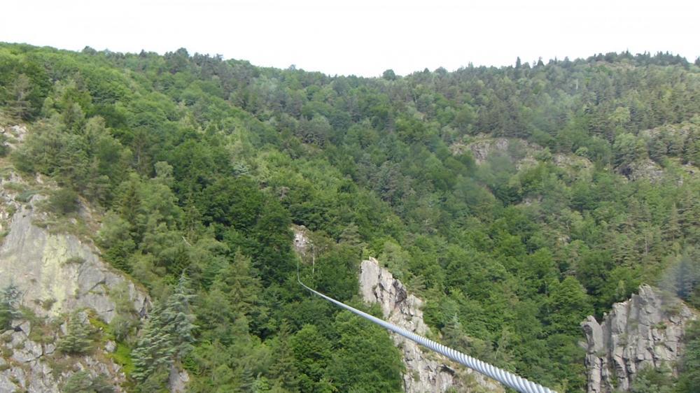 La tyrolienne vue depuis l' arrivée, on voit bien la remontée du câble qui permet de ralentir la vitesse acquise initialement.