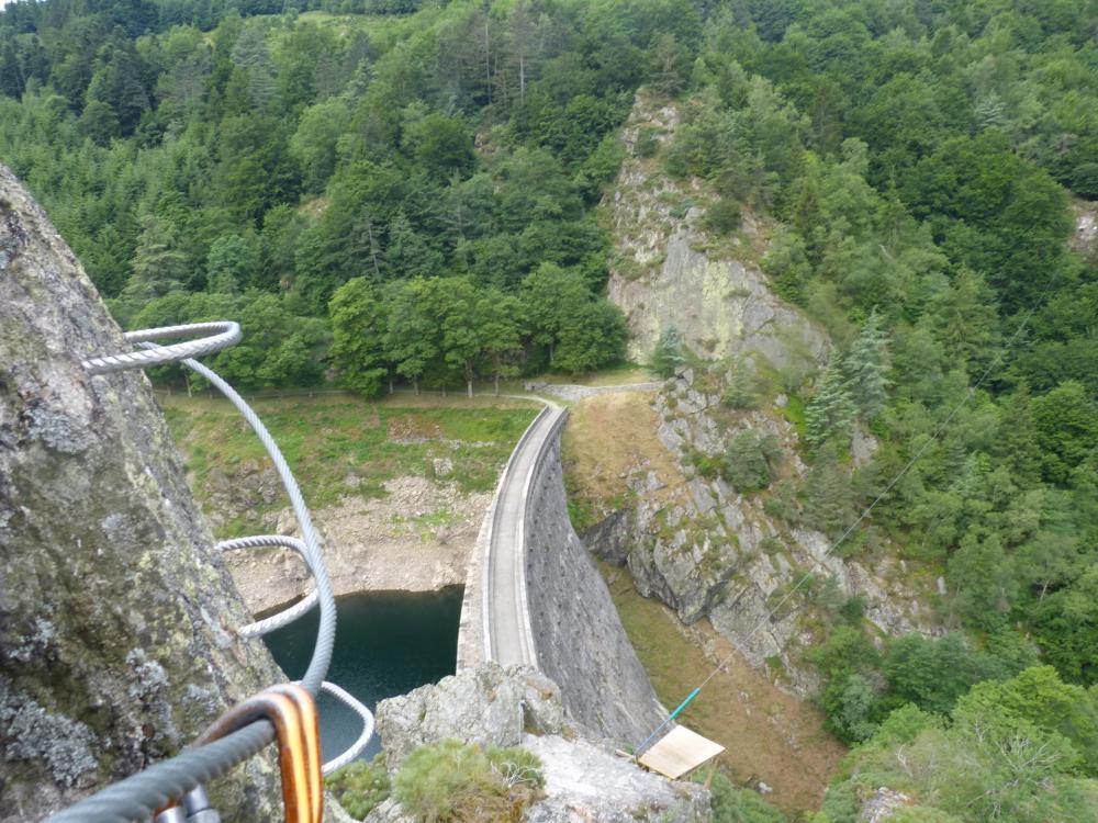 L'arrivée de la via ferrata de Planfoy avec sa tyrolienne le long du barrage