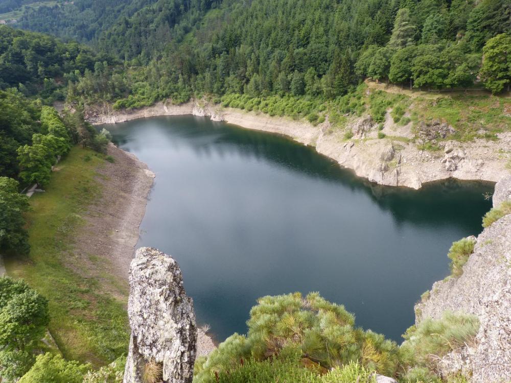 Via de Planfoy, vue sur le lac derrière le barrage