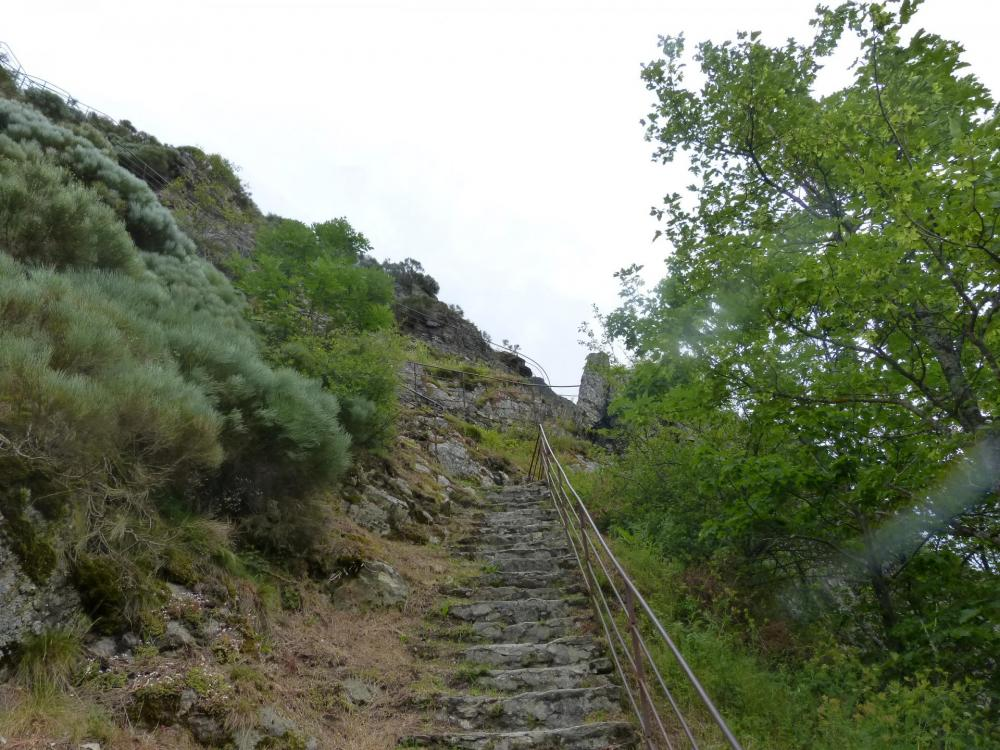 l' escalier de descente au sommet du barrage de Planfoy