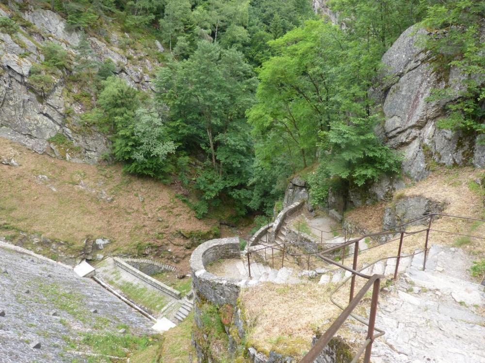 l' escalier de descente deu barrage de Planfoy pour rejoindre le parking de Rochetaillée