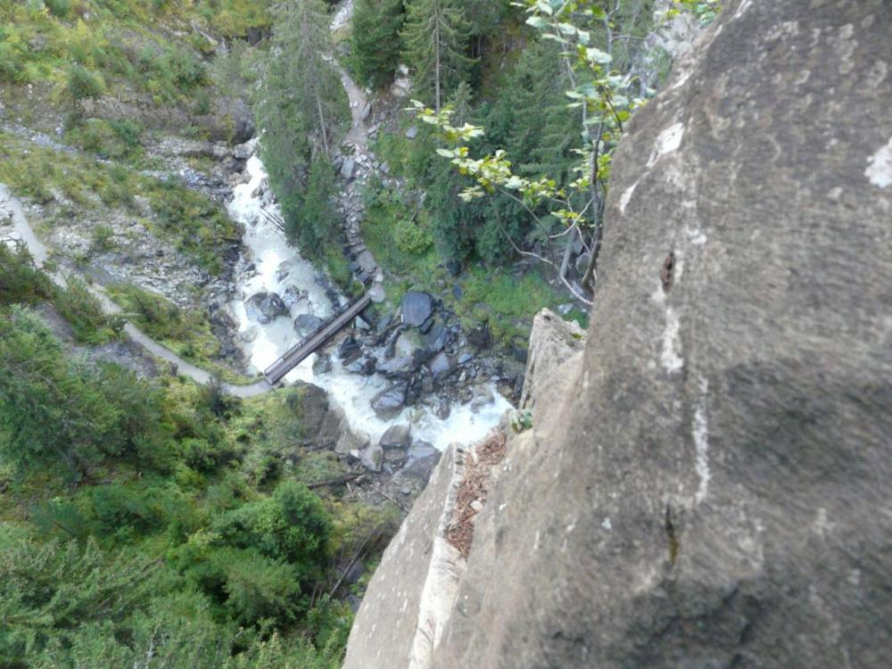 vue du haut de la via ferrata sur le bas de la cascade