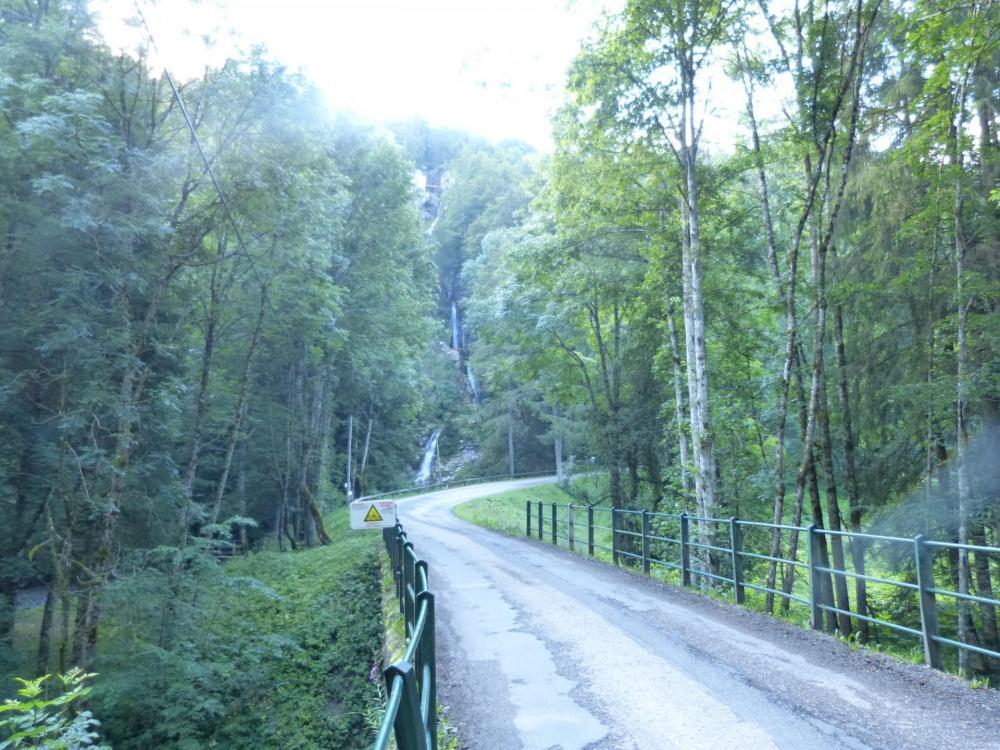 Approche de la via de la cascade par la route, la passerelle venant du sentier venant du pont couvert est à gauche.
