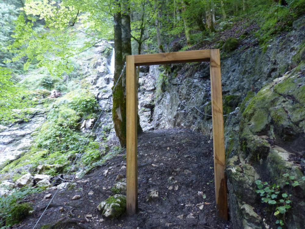 accès à la via ferrata de la cascade des Nants à Bellevaux