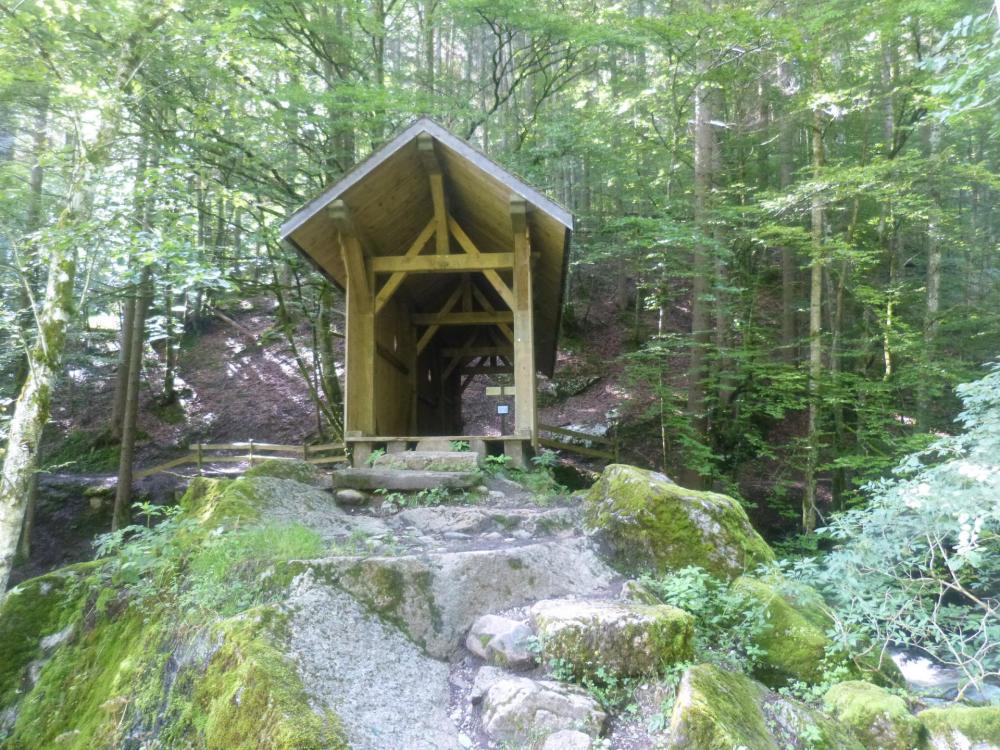 sentier d' accés aux vias ferrata de Bellevaux : le pont couvert