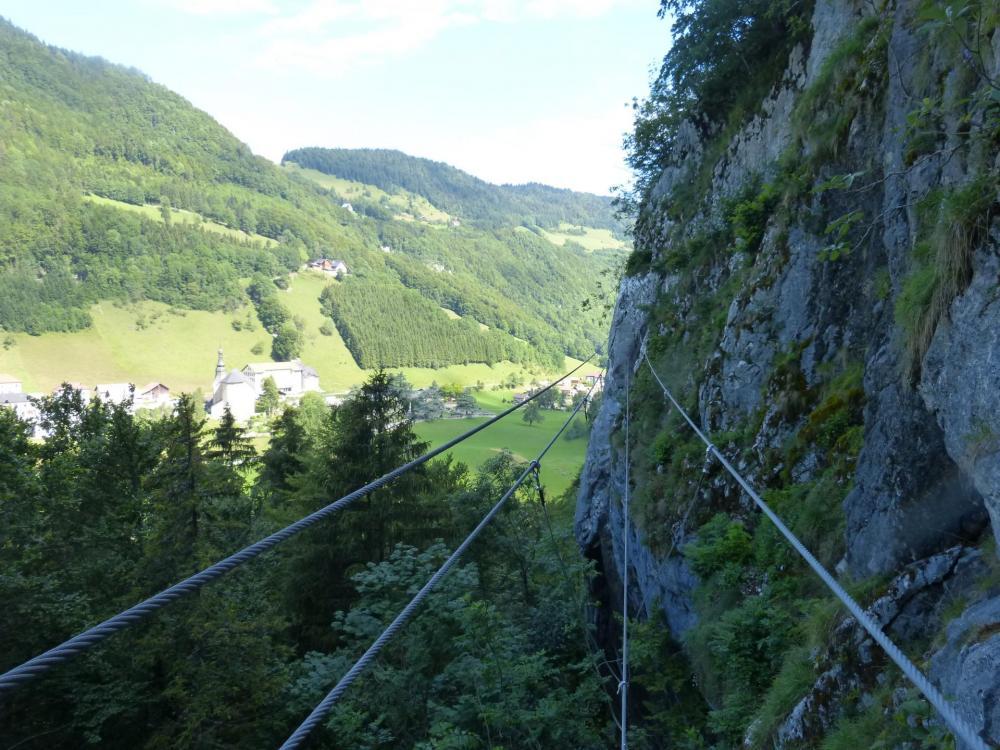 le pont tibétain à la via du Chatelard à Bellevaux, à sa sortie
