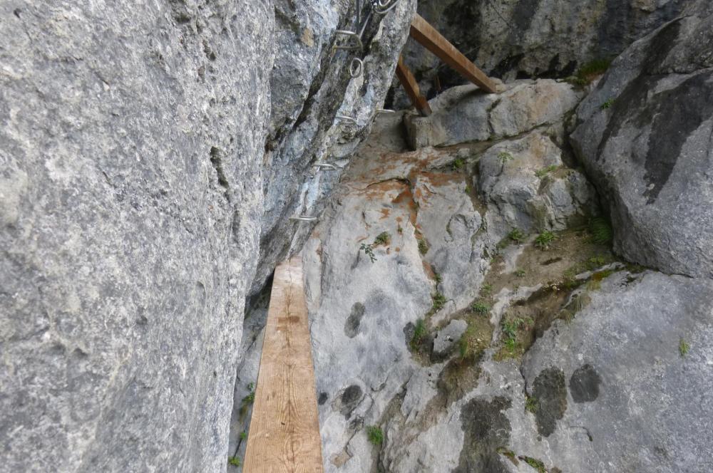 passage déversant  d' accès à la grotte de cristal (Bellevaux)