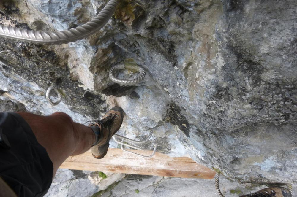 passage athlétique dans la grotte de cristal à Bellevaux