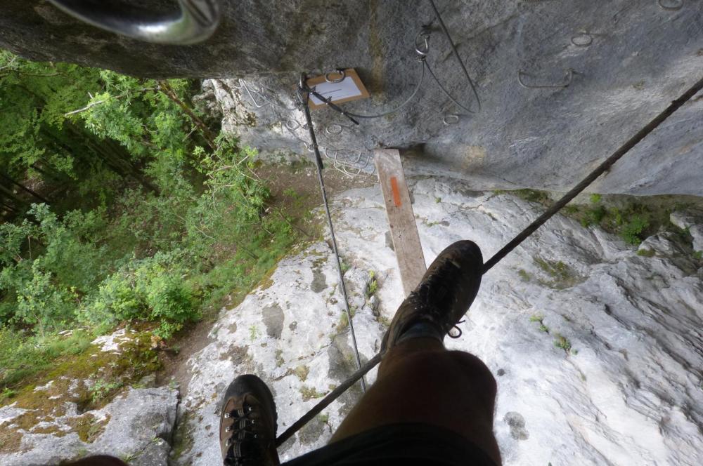 Via Grotte de cristal à Bellevaux : sur le pont de singe
