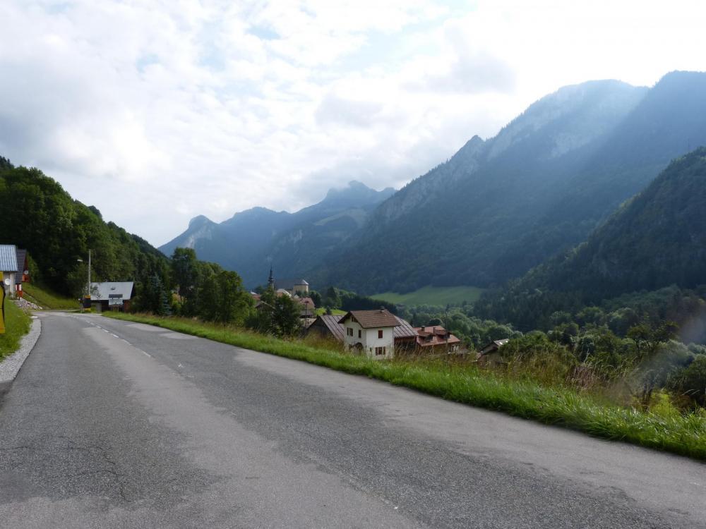 Vue rétro sur le Village de Bellevaux dans le col de  Jamaz
