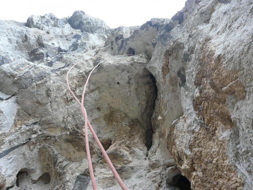 la lucarne de descente (corde non permanente pré installée par les guides)