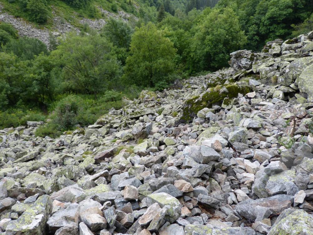 Eboulis à franchir avant de parvenir au pied des vias des gorges de Sarenne