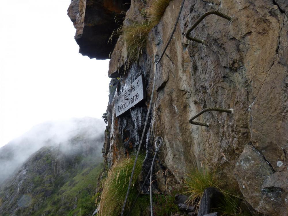 via des gorges de Sarenne, croisement avec pierre ronde, nous in suit découverte !