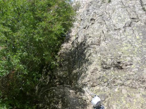 le départ du parcours 2 de la via du rocher du Bez commence par un mur pas tout à fait vertical.
