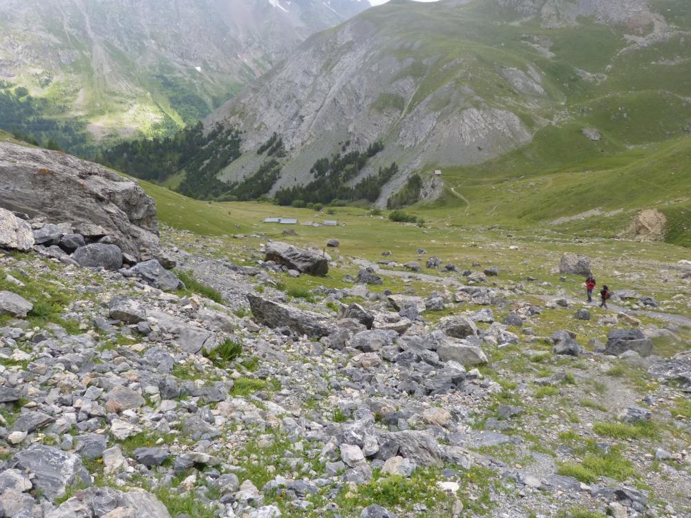 Vue rétro sur les chalets du Lauzet, c'est à partir de cet endroit qu'il faut commencer à chercher le départ de la via à droite dans la falaise