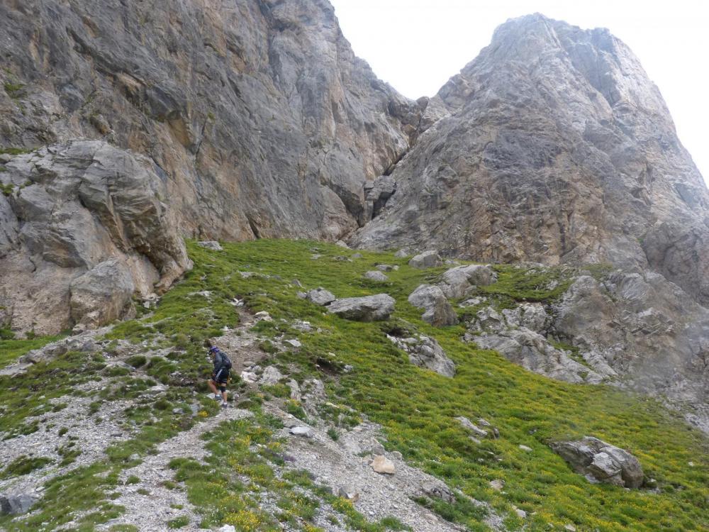 Traversée herbeuse pour atteindre la base du piler de l' aiguillette du Lauzet