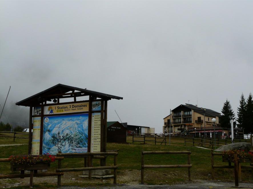 Vue sur le stade d' arrivée du ski de piste à la station Ax 3 domaines