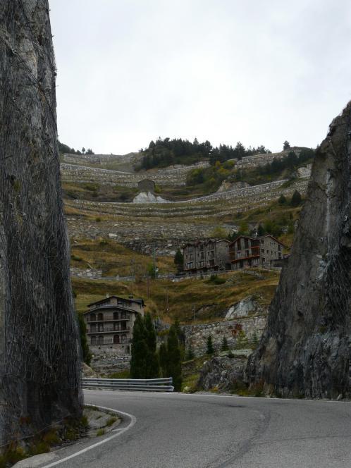 le cadre agréable dans le début de la montée du col d'Ordino et près du parking des vias de Roc del Quer