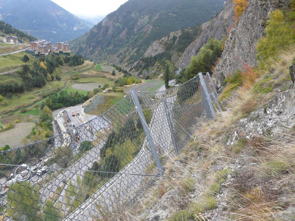 Les filets de protection pour la route, paysage récurent des vias d' Ordino