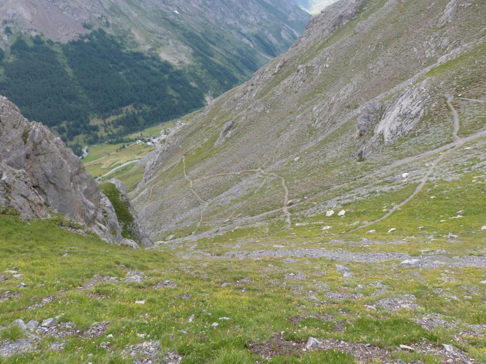 la descente sinueuse vers les chalets de l' Alpe du Lauzet