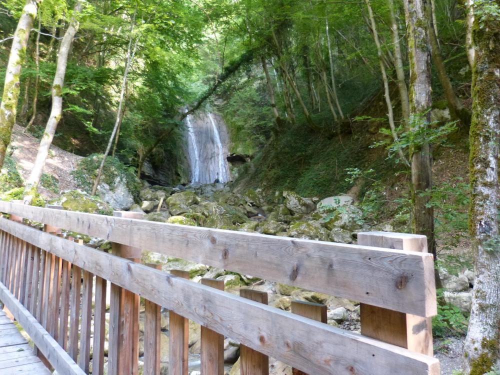 passerelles et cascades sur le chemin d'autrefois en montant à la via ferrata du rocher de l' Envers à St Vincent de Mercuze