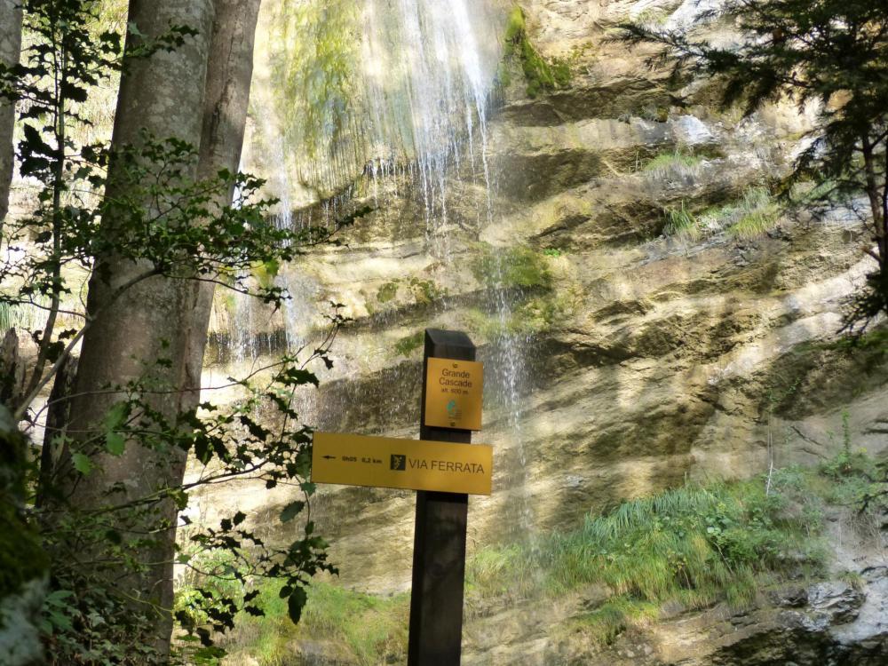 c 'est au pied de la grande cascade que l' on remonte une dernière fois, avant de passer en dessous de cette dernière et rejoindre le départ de la via ferrata du rocher de l' Envers