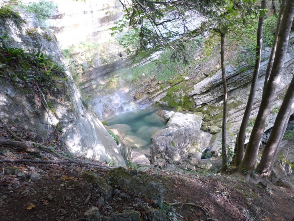 le pied de la grande cascade vu depuis le sentier d'accès à la via ferrata de St Vincent de Mercuze