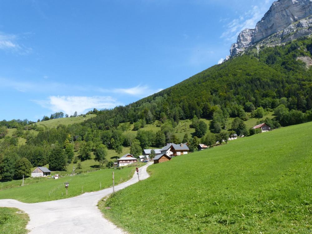 Le hameau de la Plagne au dessus de Entremont le Vieux, départ de la randonnée