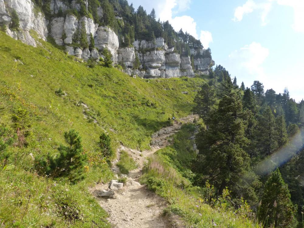 Le sentier court en balcon sous les falaises, juste avant un passage ou ce dernier s'effondre un peu (Pancarte d'avertissement).