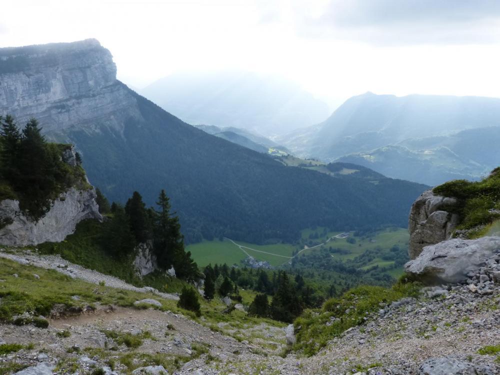 Tout en bas le hameau de La Balme et sur la droite le sentier mène à la Balme à Collomb