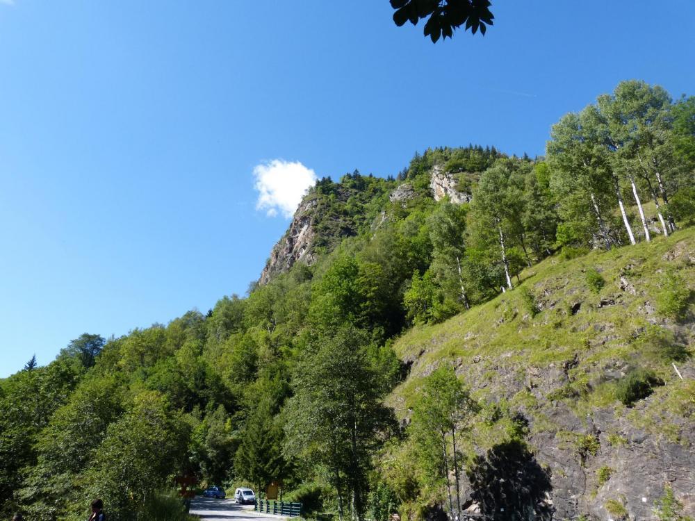 Les rochers de la via ferrata de la Chal et le parking juste en dessous