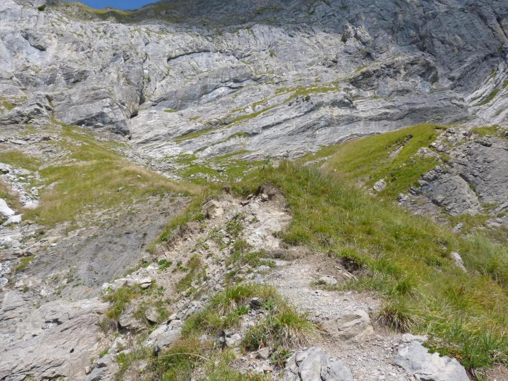 à l' approche de la falaise, le câble demarre sur la gauche (rectangle blanc)(Golet de la trouye)