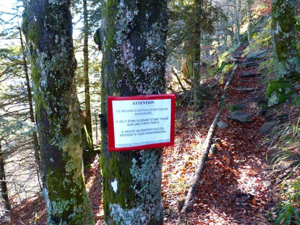 pancarte d'avertissement aux randonneurs sur le sentier d'approche de la via du Capucin