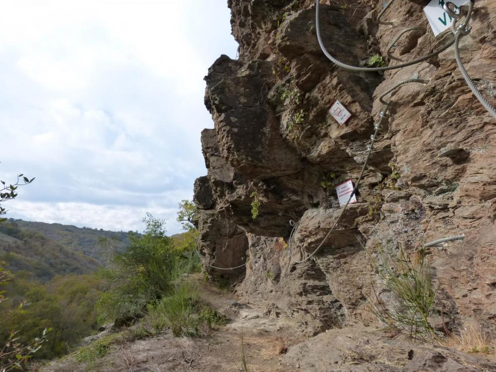 à gauche itinéraire pour les grimpeurs vers le rappel de 25 m, vers le haut la suite de la via vers la sortie de la tyrolienne